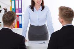 妇女是上司 在办公室背景的业务会议 队工作商人和女实业家 选择聚焦 免版税图库摄影