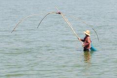 妇女是传染性的鱼用在水池的传统设备 免版税库存图片