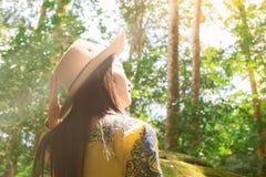 妇女是在雨林、环境和旅行 军事政治学校Phu Hin Rongkla碧差汶府, 免版税库存照片