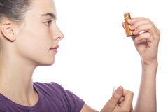 妇女是审查一个瓶同种疗法药物 免版税库存照片