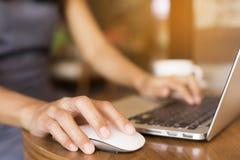 妇女是工作她喝咖啡 她使用电话沟通 概念职业妇女 免版税库存图片