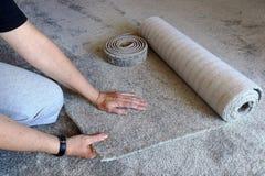 妇女是愉快的关于一张新的地毯并且感觉多么软这是 免版税图库摄影