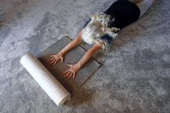妇女是愉快的关于她新的软的地毯 免版税库存图片