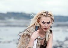 妇女是狼` s皮肤的一个战士与一把剑在她的手上 北欧海盗的女孩 中世纪场面的重建 免版税库存图片