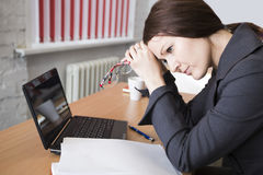 妇女是疲乏在工作 库存图片