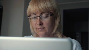 妇女是看屏幕的商人 女孩穿戴在眼睛的玻璃紧密  工作在办公室  影视素材