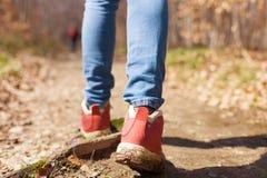 妇女是远足和迁徙在小山的外部 旅游业、假期和健身活动概念 免版税库存照片
