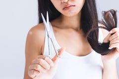 妇女是cuttinghair 免版税库存图片
