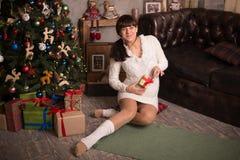 妇女是waitng每圣诞节的婴孩 库存照片