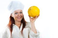妇女显示一个黄色瓜 库存图片