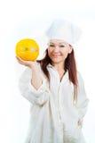妇女显示一个黄色瓜 免版税库存图片