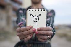 妇女显示与变性标志的笔记薄 库存图片