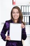 妇女显示有纸片的一张剪贴板 免版税图库摄影