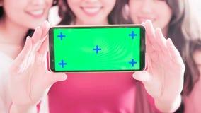 妇女显示绿色屏幕 免版税图库摄影