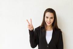 妇女显示2个或两个手指手势的商业主管 免版税库存图片