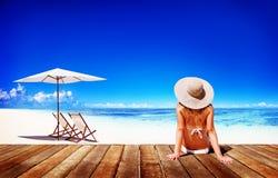 妇女晒日光浴晴朗的夏天海滩松弛概念 免版税库存照片