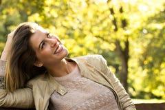 妇女晴朗的自然画象,感觉的幸福 库存图片