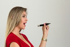 妇女有一个好主意 她做计划为将来 白肤金发的p 免版税库存图片