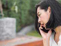 妇女有一次严肃的电话交谈 免版税库存照片