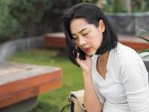 妇女有一次严肃的电话交谈 库存照片