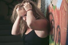 妇女有不愉快的经历在隧道 免版税库存图片