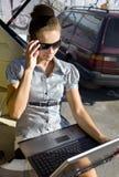 妇女有与膝上型计算机的一台风扇 库存图片