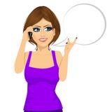 妇女有交谈使用她的智能手机 向量例证
