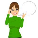 妇女有交谈使用她的智能手机 库存例证
