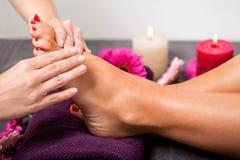 妇女有修脚治疗在温泉 免版税库存图片