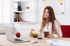 妇女有健康工作午餐在现代办公室内部 库存照片