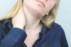 妇女有喉咙痛 女性感人的脖子用手 医疗保健概念 免版税库存照片