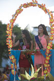 妇女有在她的头在节日期间,厄瓜多尔的一个冠 免版税库存图片
