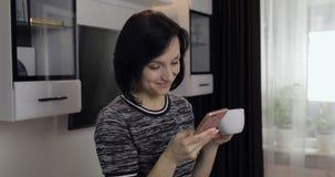 妇女有在社会媒介的闲谈使用享受聊天的智能手机对朋友 免版税图库摄影
