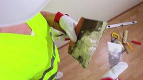妇女有小铲的建筑工人在墙壁附近 股票录像