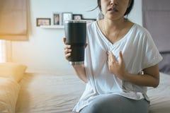 妇女有或根据症状的倒回酸,胃食管逆流疾病 免版税库存图片
