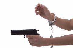 妇女有手铐和枪的` s手 库存图片