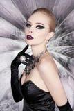 妇女有明亮的构成的和有集合首饰的 免版税库存照片