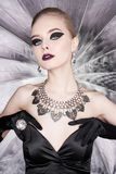 妇女有明亮的构成的和有集合首饰的 免版税图库摄影