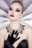 妇女有明亮的构成的和有集合首饰的 免版税库存图片