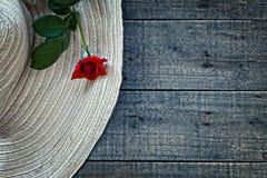 妇女有红色玫瑰的夏天帽子 免版税图库摄影