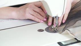 妇女有缝合与缝纫机的圆环的裁缝手特写镜头织品 影视素材