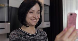 妇女有视频聊天使用享受聊天的智能手机对朋友 股票视频