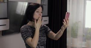 妇女有视频聊天使用享受聊天的智能手机对朋友 影视素材
