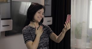 妇女有视频聊天使用享受聊天的智能手机对朋友 免版税图库摄影