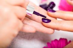 妇女有钉子修指甲在美容院 免版税库存图片