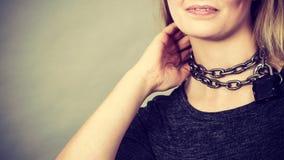 妇女有链子在脖子上 免版税库存图片