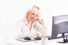 妇女有问题在工作 库存图片