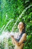 妇女有阵雨在热带瀑布下 免版税库存照片