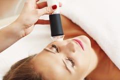 妇女有面部削皮在美容院 免版税图库摄影