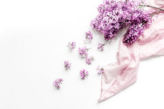妇女有围巾和丁香开花的办公桌设计白色背景顶视图大模型 库存照片